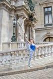 Ballerina in vacanza che rende una posa con la sua gamba alta su in Immagini Stock