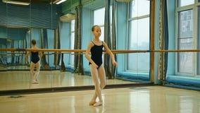 Ballerina, welche die Übung asmble tut stock video