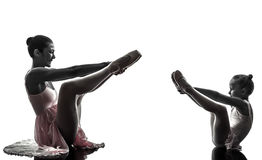 Ballerinaballetttänzer-Tanzen silhouett der Frau und des kleinen Mädchens Stockfoto