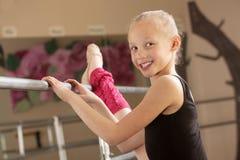 ballerinabarn henne bensträckning Fotografering för Bildbyråer