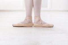 Ballerinabenen in eerste positie royalty-vrije stock foto's
