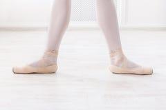 Ballerinabenen in tweede positie royalty-vrije stock afbeeldingen