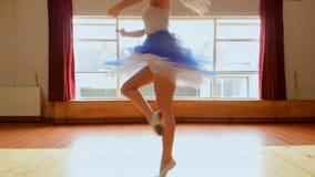 Ballerinadans i dansstudion stock video