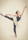 Ballerinadansare i ballerinakjol Arkivbilder