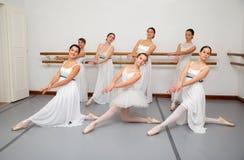 Ballerinadansare poserar för högläsningfoto Royaltyfria Foton
