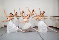 Ballerinadansare poserar för högläsningfoto Fotografering för Bildbyråer