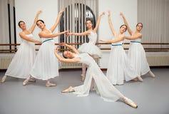 Ballerinadansare poserar för högläsningfoto Royaltyfri Fotografi