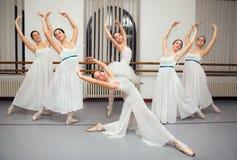 Ballerinadansare poserar för högläsningfoto Royaltyfri Foto