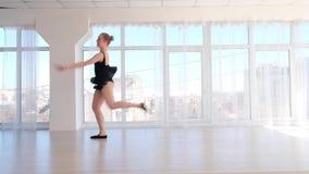 Ballerinadansare som utför ett hopp i den vita studion stock video