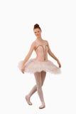 ballerinaen poserar standing Arkivfoto