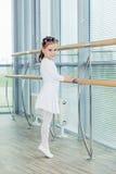 ballerinaflicka little Förtjusande barn som dansar klassisk balett I Royaltyfria Bilder