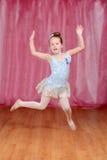 Ballerinaflickadans och banhoppning royaltyfri foto