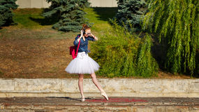 Ballerinahippie-Tanzen auf der Straße Lizenzfreie Stockbilder