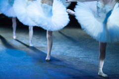 Ballerinas στη μετακίνηση Τα πόδια των ballerinas κλείνουν επάνω Στοκ φωτογραφίες με δικαίωμα ελεύθερης χρήσης