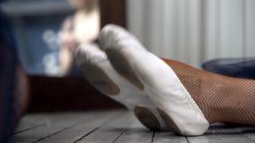Ballerinas τεντώματος κινηματογραφήσεων σε πρώτο πλάνο στο πάτωμα r Κινηματογράφηση σε πρώτο πλάνο του ballerina καλτσών τεντώματ φιλμ μικρού μήκους