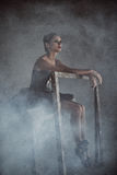 Ballerinasammanträde i röken Royaltyfri Bild