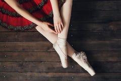 Ballerinasammanträde på golvet Arkivfoton