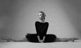 Ballerinashow spaltete sich auf der Studiobodenschwarzweißaufnahme auf Stockfotografie
