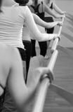 Ballerinatänzer, der an bloßem mit den Händen steht Lizenzfreies Stockbild