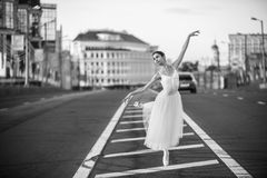 Ballerinatanzen in der Mitte von Moskau Stockfoto