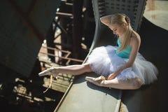 Ballerinazitting op de rand van brug royalty-vrije stock fotografie