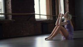 Συγκινήσεις - πίεση και κουρασμένος του νέου ballerine που κάθεται στο πάτωμα απόθεμα βίντεο