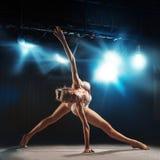 Ballerine adulte posant sur l'étape dans le théâtre Photo stock