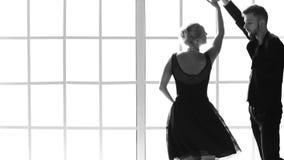 Ballerine avec la danse d'associé de ballet dans le studio clips vidéos