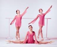 Ballerine che allungano sulla barra Fotografie Stock