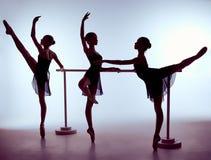 Ballerine che allungano sulla barra Immagini Stock