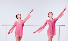 Ballerine che allungano sulla barra Fotografia Stock