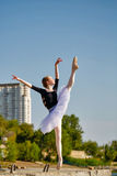 Ballerine dans la danse de tutu sur le bord de mer photos stock