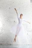 ballerine dans le blanc Photo stock