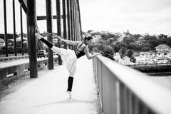 Ballerine dans le coup-de-pied suspendu Photographie stock libre de droits