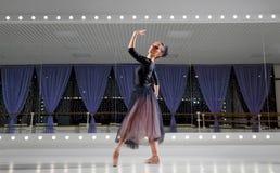Ballerine dans le hall s'exerçant photographie stock libre de droits