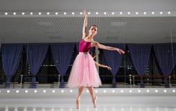Ballerine dans le hall s'exerçant photo stock