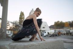 Ballerine dans le tutu noir photographie stock
