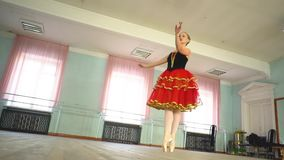 Ballerine dans un hall de ballet banque de vidéos