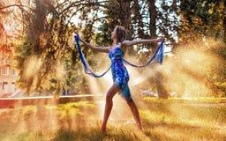 Ballerine dansant dehors dans un pulvérisateur de l'eau photos libres de droits