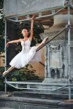 Ballerine dansant près de la construction en construction photo stock