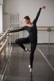 Ballerine de compétence posant dans la classe de ballet Image libre de droits