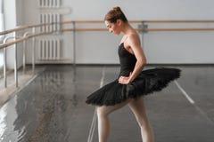 Ballerine de compétence posant dans la classe de ballet Image stock