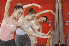 Ballerine exécutant avec des amis dans le studio Photographie stock libre de droits