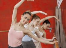 Ballerine exécutant avec des amis dans le studio de danse Photo stock
