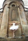 Ballerine exécutant près d'un vieux château photos libres de droits