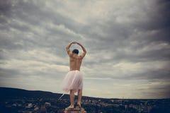 Ballerine folle Reine d'entrave Phénomène drôle d'homme Danse d'homme dans le tutu dans le studio de ballet Homme dans la jupe de photo stock