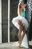 Ballerine gracieuse à l'arrière-plan industriel photographie stock libre de droits