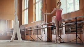 Ballerine gracieuse de fille pratiquant dans le studio, éléments de danse images libres de droits