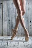 Ballerine gracieuse de jeunes jambes Photo stock
