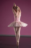 Ballerine gracieuse tenant le pointe d'en Photo stock